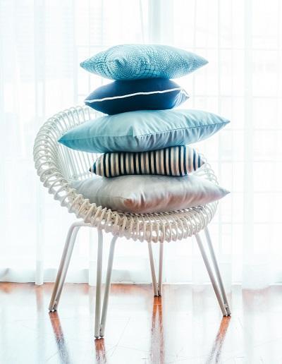 Kolorowe miękkie poduszki nadają charakteru każdemu wnętrzu